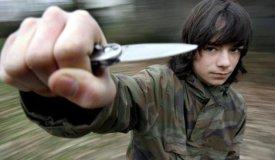 Junge mit Messer